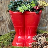 Santa's boots 🎅🏼 🥾 🌟🎄❤️🎁 3 weeks to go!!   #friday #december #christmas #holidays #festivities #ireland #supportlocal #gardening #gardens #garden #gardeninspiration #containerplanting #giftideas #gift #flowers #natures #exteriordesign #exterior #landscape #pottery #ceramics